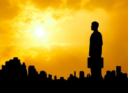 empezar: el hombre de negocios silueta de pie junto a urbano de la ciudad mirando hacia adelante y esperamos el éxito