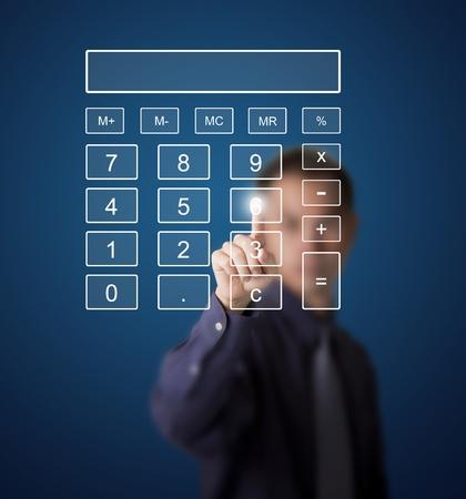 calculadora: Hombre de negocios empujando n�mero en la pantalla t�ctil calculadora digital