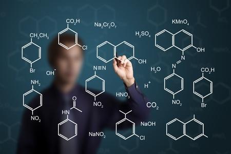 professeur de chimie �crit formule scientifique de produit chimique sur un tableau blanc photo