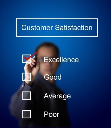 satisfaction client: homme d'affaires v�rifier l'excellence sur le formulaire d'enqu�te de satisfaction client