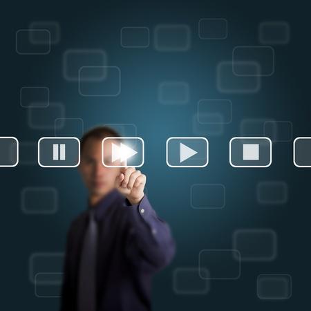 fast forward: uomo d'affari premere un tasto fast forward sul touch screen Archivio Fotografico