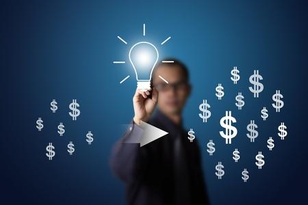 in aumento: buena idea puede cambiar pequeña a la gran cantidad de dinero escribiendo por el hombre de negocios