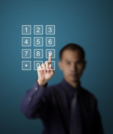 hombre empujando: hombre de negocios presionando el n�mero en el tel�fono m�vil de pantalla t�ctil