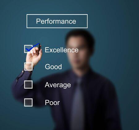 evaluacion: hombre de negocios control de la excelencia en el formulario de evaluaci�n del desempe�o Foto de archivo