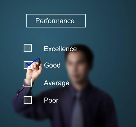 evaluating: hombre de negocios en el formulario de control de una buena evaluaci�n del desempe�o