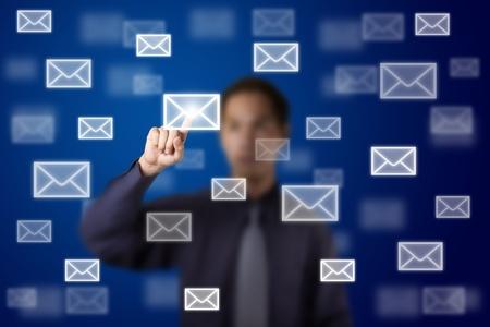 Email: Gesch�ftsmann Senden von Mail, indem Sie Buchstaben Zeichen auf Touchscreen