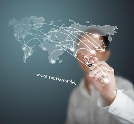 trabajo social: hombre de negocios la elaboraci�n de conexi�n de redes sociales o de negocios con el mapa del mundo sobre la pizarra blanca
