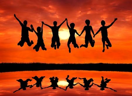 glädje: grupp av frihet teen vänner hoppar av glädje på soluppgången silhouetted