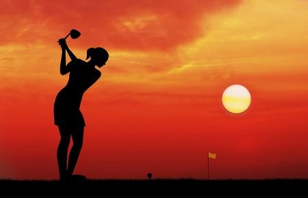 žena golfista tee off při západu slunce silueta