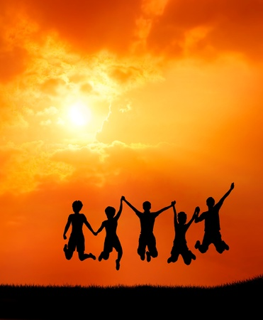 groep van vrijheid tiener vrienden springen van vreugde bij zonsopgang silhouet