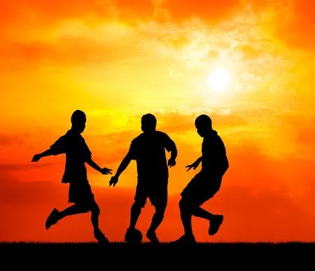 arracher: trois joueurs de football homme jouant avec le ballon au coucher du soleil silhouette