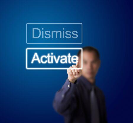 uaktywnić: człowiek naciska przycisk activate biznes na ekranie dotykowym