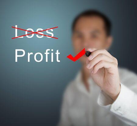 perdidas y ganancias: hombre de negocios y elegir eliminar la pérdida de beneficios