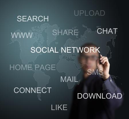 personas comunicandose: hombre de negocios por escrito concepto de red social en la pizarra Foto de archivo