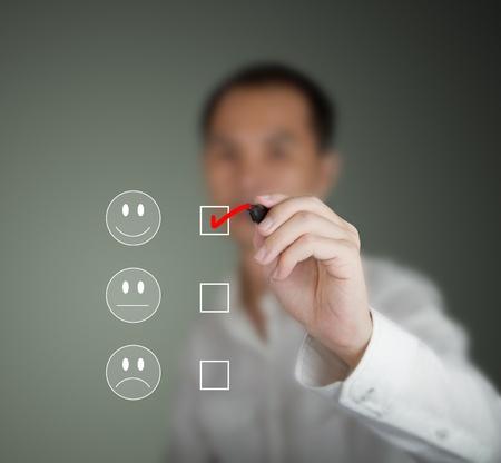 unconcerned: hombre de negocios marcado en el estado de �nimo feliz en formulario de la encuesta de satisfacci�n del cliente