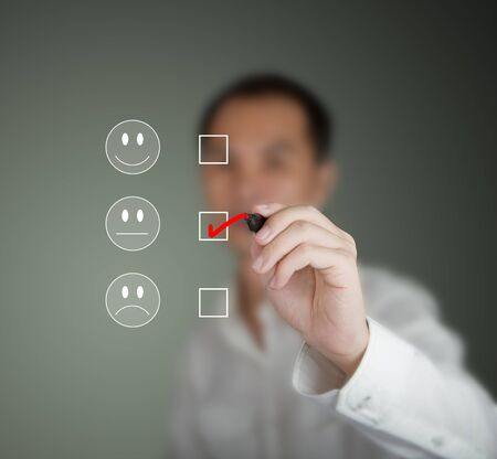 unconcerned: hombre de negocios marcado en el estado de �nimo indiferente el formulario de la encuesta de satisfacci�n del cliente