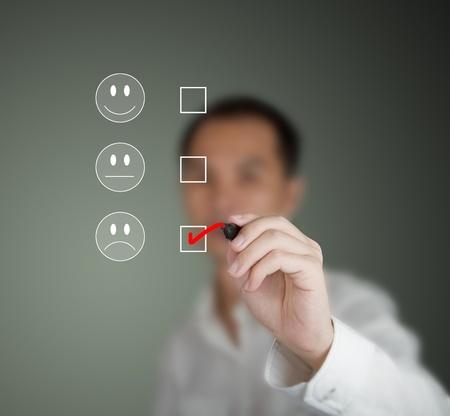 unconcerned: hombre de negocios marcado en el estado de �nimo triste en formulario de la encuesta de satisfacci�n del cliente