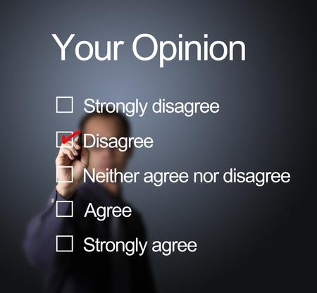 coincidir: hombre de negocios por escrito marca roja en la elección no está de acuerdo en la forma de encuesta de opinión