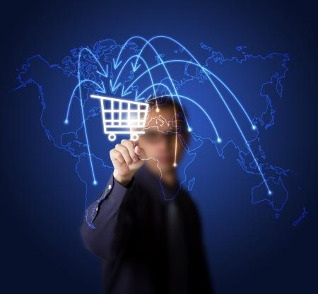 collect: hombre de negocios presionando el bot�n de compra en el mapa del mundo - s�mbolo de moderno comercio en l�nea y las compras Foto de archivo