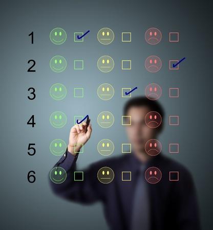 percepción: la escritura de negocios marca de verificación en la lista de clientes de la encuesta con la elección feliz - indiferente - infeliz