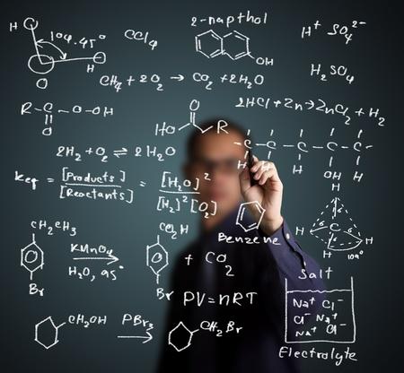 quimica organica: profesor de química escrito la ciencia y la fórmula química en la pizarra