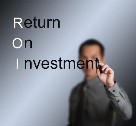 rendement: zakenman schrijven return on investment ROI concept op whiteboard