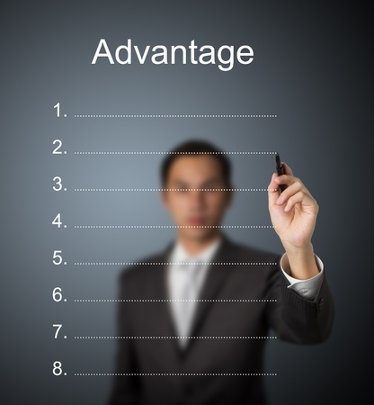 hombre de negocios por escrito la lista ventaja en blanco