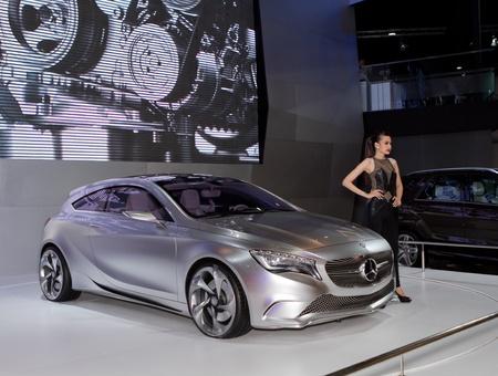 BANGKOK - 29 mars: Mercedes Benz Classe A concept-car avec le modèle non identifié sur l'écran lors du 33ème Salon de l'automobile international de Bangkok sur Mars 29 2012 à Bangkok, Thaïlande.