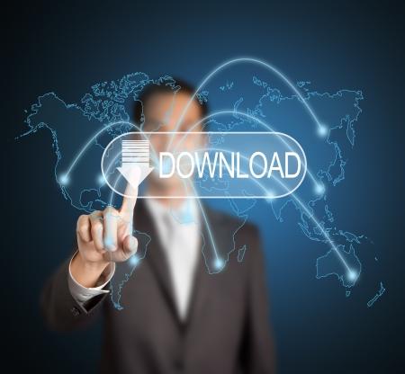 Geschäftsmann Herunterladen von digitalen Dateien und Informationen Daten aus verschiedenen Ort der Welt via Computer-Netzwerk, indem Sie Touchscreen-Taste