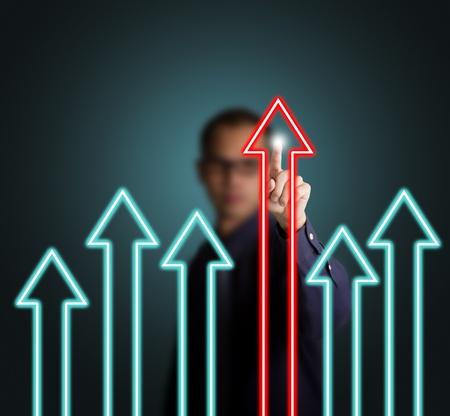 verschillen: zakenman wijzend bij toonaangevende pijl omhoog, de overwinning begrip
