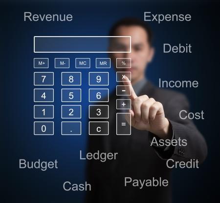 contabilidad: hombre de negocios apuntando a la calculadora y el concepto de contabilidad en la computadora de pantalla t�ctil Foto de archivo