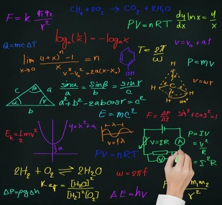 estudiantes de secundaria: profesor de escritura a mano de alta escuela de matemáticas y ciencias en la pizarra la fórmula