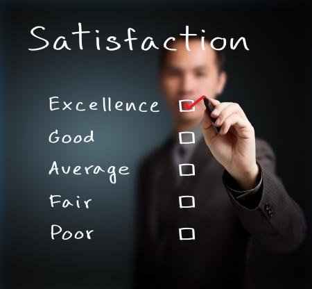 gl�cklicher kunde: Gesch�ftsmann �berpr�fung Exzellenz auf Zufriedenheitsumfrage