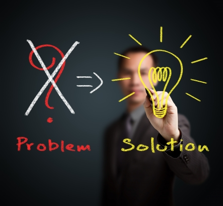 비즈니스 사람 (남자) 문제를 제거하고 해결책을 찾기