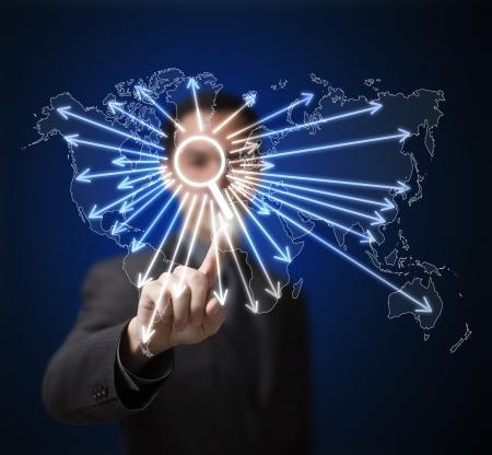 network marketing: Hombre de negocios que presiona el bot�n de b�squeda en la pantalla t�ctil para encontrar cualquier cosa en la red global de internet
