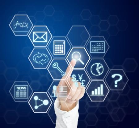 toegangscontrole: bedrijfsleven hand te drukken applicatie knop op de computer touchscreen