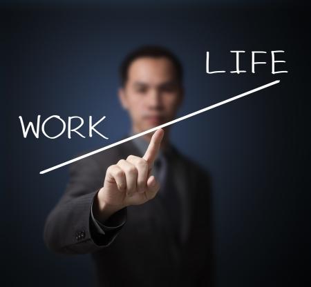 balanza en equilibrio: el peso del hombre de negocios mucho trabajo m�s importante que la vida
