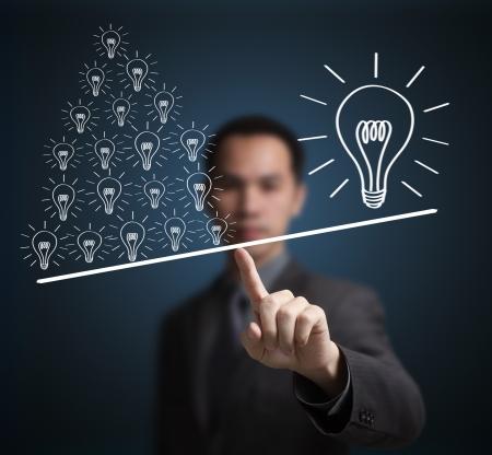 ideas brillantes: Concepto de muchas peque�as ideas son m�s importantes que una gran idea Express by contrapeso en la punta del dedo del hombre de negocios