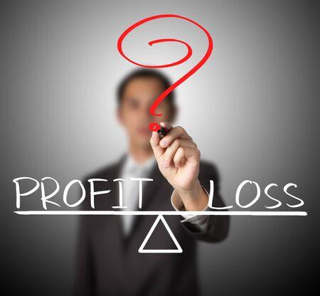 perdidas y ganancias: hombre de negocios y la pérdida de beneficios por escrito en la barra de equilibrio comparar
