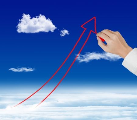 ビジネス手図面矢印右上がりの上空で