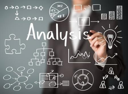 l'homme écrit analyse des données commerciales Banque d'images