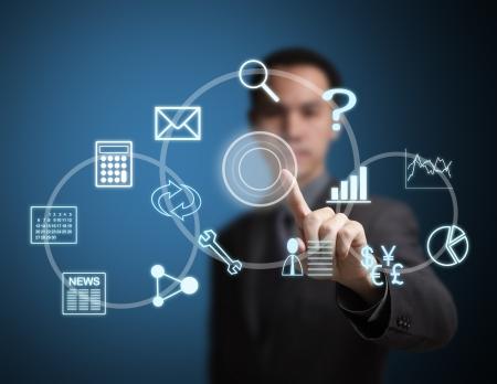 タッチ スクリーンの仮想アプリケーション ボタンを押してビジネス男性
