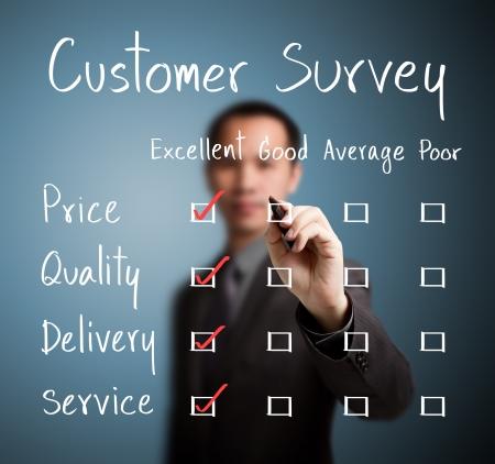 ビジネスの男性に顧客アンケート フォームに卓越性を評価します。