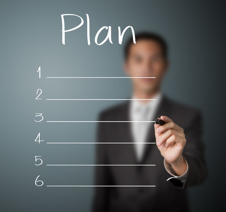 hombre escribiendo: hombre de negocios por escrito la lista de plan de blanco