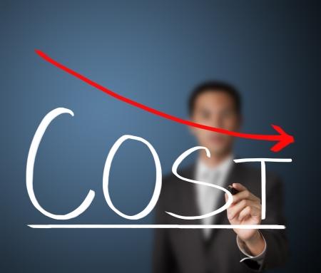 gráfico de la reducción de costes de hombre de negocios por escrito Foto de archivo