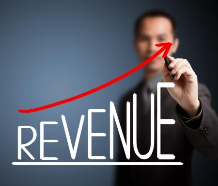 収益の成長グラフを書くビジネス男 写真素材