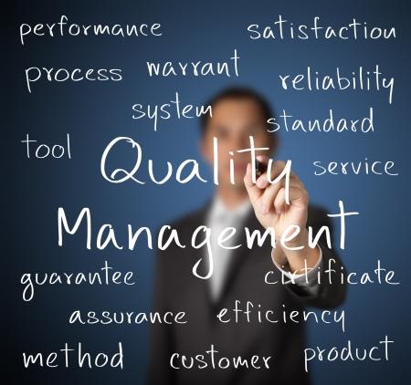 control de calidad: concepto de gesti�n de la calidad del hombre de negocios por escrito