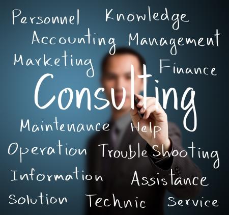 ビジネスマンのコンサルティング コンセプトを書き込む