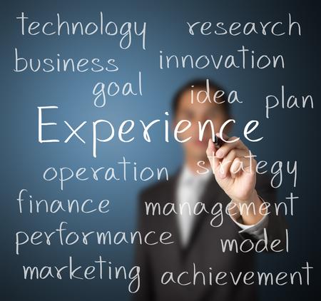 hombre escribiendo: hombre de negocios por escrito concepto de la experiencia
