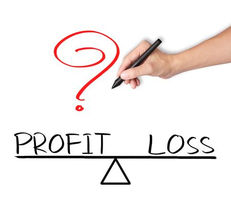 perdidas y ganancias: mano de negocios por escrito de pérdidas y ganancias se comparan en la barra de equilibrio Foto de archivo